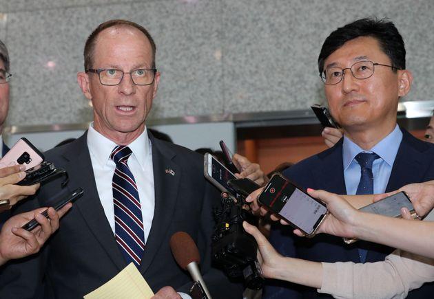 데이비드 스틸웰 미국 국무부 동아시아·태평양 담당 차관보(왼쪽),윤순구 외교부