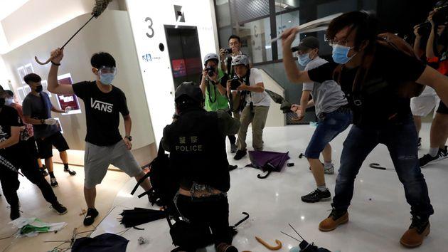 Χονγκ Κονγκ: Η στιγμή που εξαγριωμένοι διαδηλωτές απομονώνουν αστυνομικό και τον
