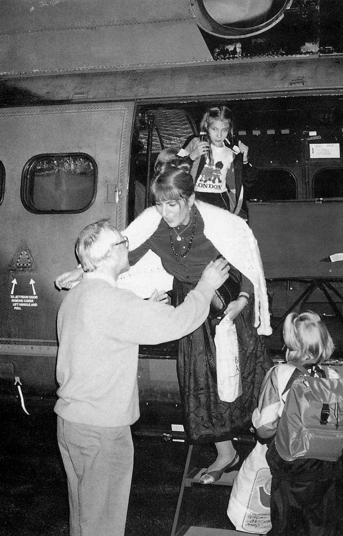 Gordievski saluda a su familia cuando llega en helicóptero a Reino Unido tras seis años...