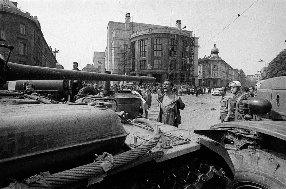 Primavera de Praga, 1968. Un solitario manifestante desafía a un carro de combate soviético....