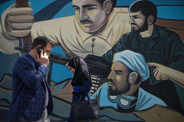 Mural de soldados iraníes en
