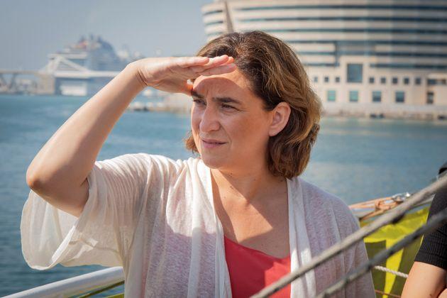 Ada Colau, el pasado 5 de julio a bordo del buque 'Rainbow Warrior' de Greenpeace, atracado en