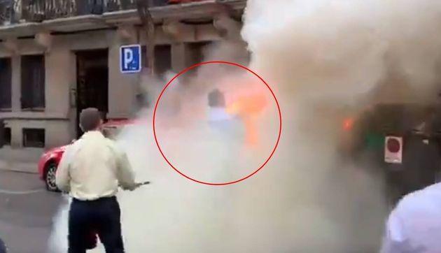 Varios individuos queman contenedores junto a la sede de Vox... y lo que sucedió después deja a todos