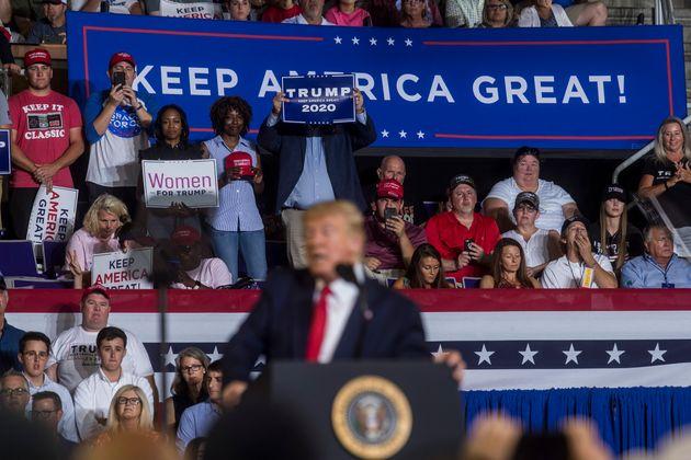 도널드 트럼프 미국 대통령이 '미국을 계속 위대하게(Keep America Great)' 연설회에서 발언하고 있다. '미국을 계속 위대하게'는 그의 재선 캠페인 슬로건이다. 노스캐롤라이나주...