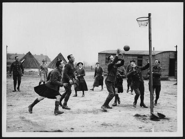 Soldados juegan al baloncesto en