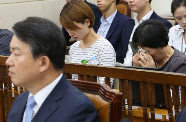 2016년 6월 12일 서울 여의도 국회에서 열린 백남기 농민 청문회에서 백남기 농민 부인 박경숙 씨가 강신명 경찰청장의 답변을 지켜보며 눈물을 흘리고