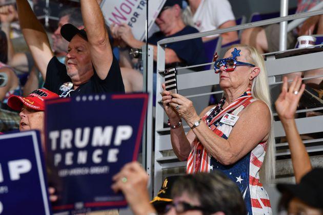트럼프 지지자들이 '(원래 나라로) 돌려보내라'는 구호를