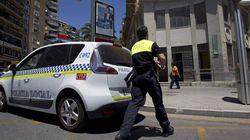 Un conductor bebido se empotra contra un coche estacionado y se queda