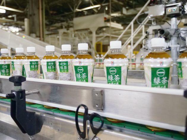 使用済みペットボトルを回収・リサイクル処理し、生産された製品「一(はじめ)緑茶