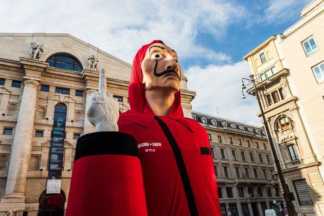 Il Dalì gigante accanto al dito medio di Cattelan: la Casa di Carta conquista Piazza Affari. Stasera...