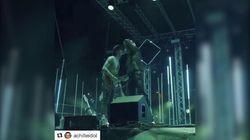 Achille Lauro bacia sulle labbra il suo chitarrista. Ma poi cancella il