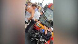 Il bus non ha la pedana. Il passeggero disabile blocca la strada a Roma:
