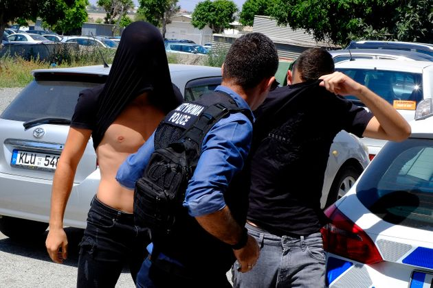 Κύπρος: Υπό κράτηση τα δώδεκα άτομα που κατηγορούνται για τον βιασμό της
