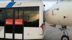 Un autobús choca con un avión en el aeropuerto de