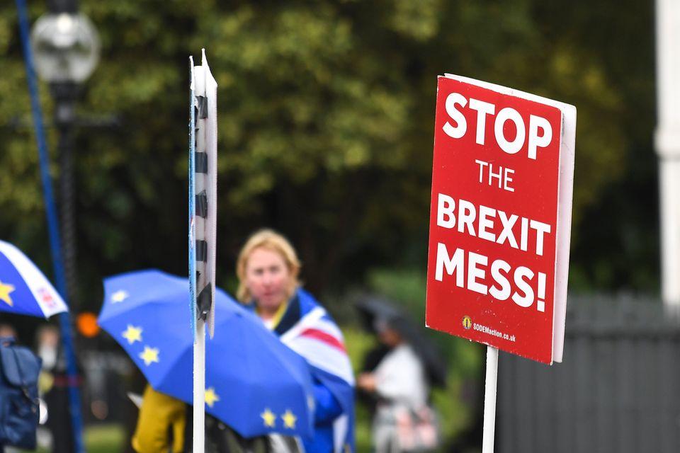 10 λόγοι που εξηγούν γιατί το Brexit δεν έχει γίνει