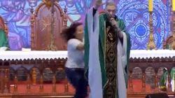 Βραζιλία: Γυναίκα σπρώχνει βίαια ιερέα από την σκηνή την ώρα ζωντανής