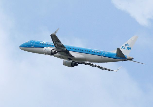 Οργή για αεροπορική εταιρεία που ζήτησε από γυναίκα που θηλάζει να καλυφθεί με