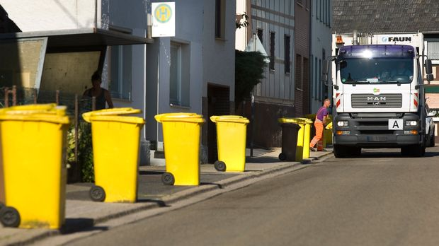 (GERMANY OUT) Garbage collection clears the yellow recycling bins   (Photo by Oed/ullstein bild via Getty Images)
