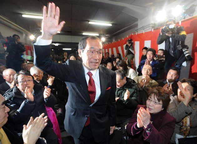 지난 2012년 2월 5일 재선에 성공한 가도카와 시장이 당선의 기쁨을 표하는 모습. 현재 가미카와 시장은
