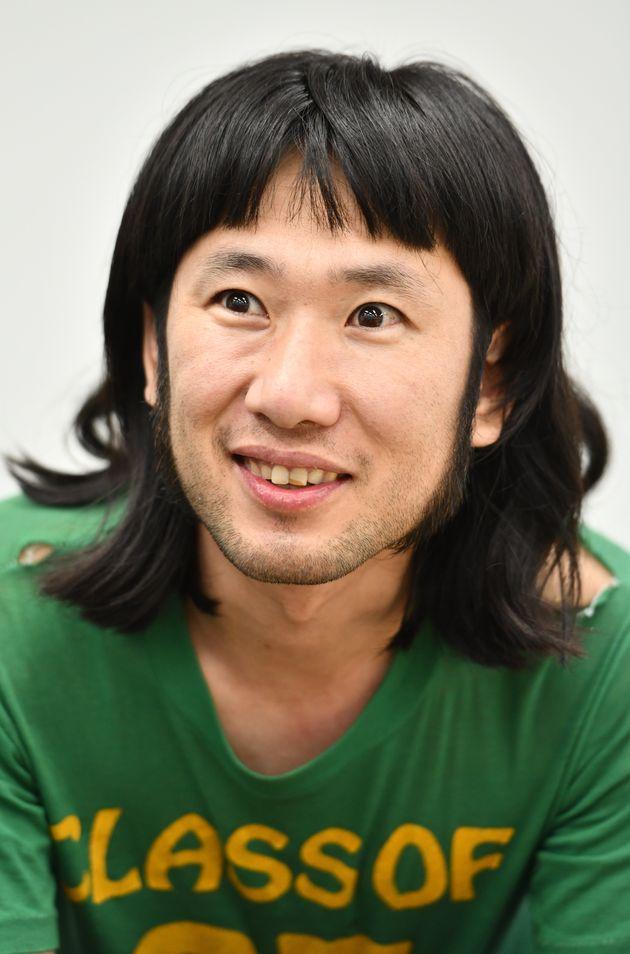 インタビューに答える丹羽良徳さん=東京