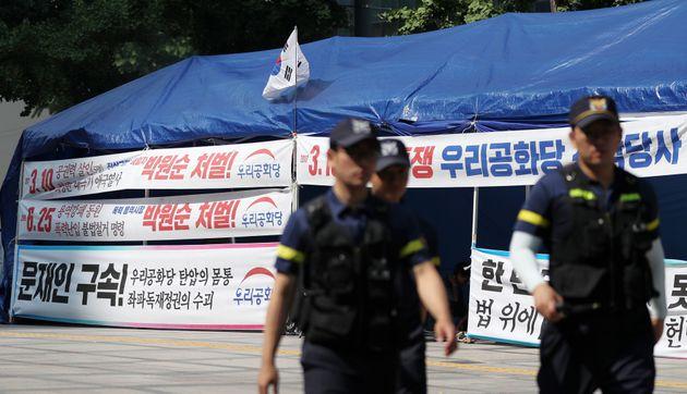 19일 오전 서울 중구 서울파이낸스센터 앞에 우리공화당 천막당사가 설치 돼