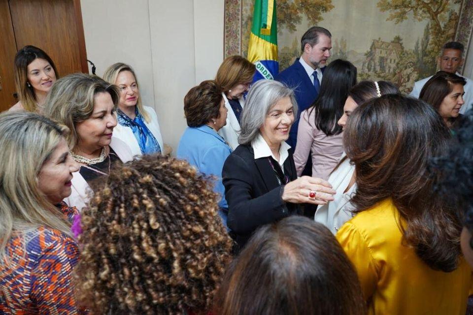 Ministra do STF Cármen Lúcia, voz feminina no Judiciário, recebe a bancada