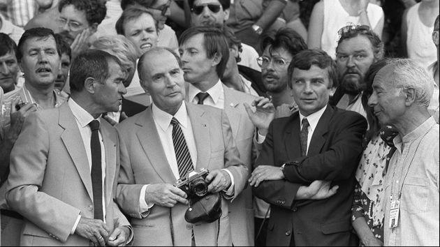 François Mitterrand, appareil photo en main, immortalise le passage des coureurs du Tour de France...