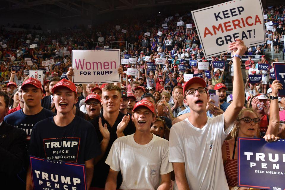 도널드 트럼프 대통령의 선거 유세장에 모인 지지자들이 환호하고 있다. 노스캐롤라이나주 그린빌, 미국. 2019년 7월17일.