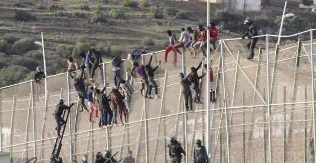 Medio centenar de inmigrantes acceden a Melilla en un salto masivo a la