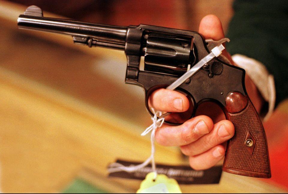 Το 38αρι Smith & Wesson, με το οποίο,...