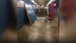 La metro di New York sommersa d'acqua. Il passeggero viene travolto e rischia di finire sotto al
