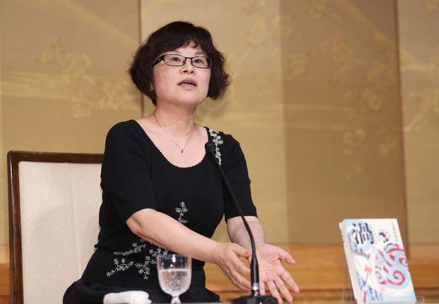 第161回直木賞に『渦 妹背山婦女庭訓 魂結び』が選ばれ、記者会見をする大島真寿美さん