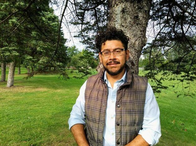 Eloy Rivasdétient un doctorat en sociologie et est membre de l'organisation Solidarité...