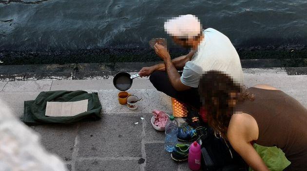 À Venise, faire du café sur un réchaud dans un lieu public coûte très