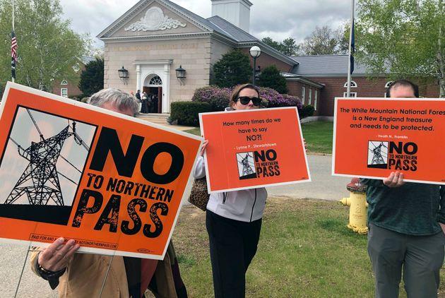 Des opposants au projet Northern Pass manifestaient devant la Cour suprême du New Hampshire, en...