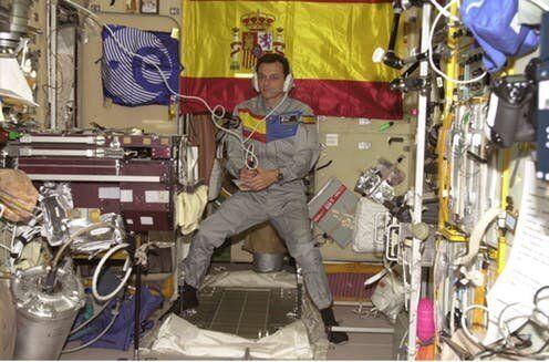El astronauta de la Agencia Espacial Europea (ESA) Pedro Duque, de España, utiliza un sistema...