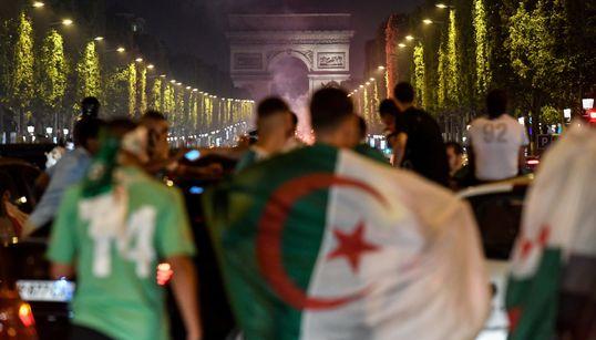 """L'Algérie l'emporte, et la folie s'empare des supporters des """"Fennecs"""" en"""