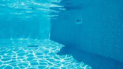 Defeca en la piscina municipal y obliga a cerrarla durante un