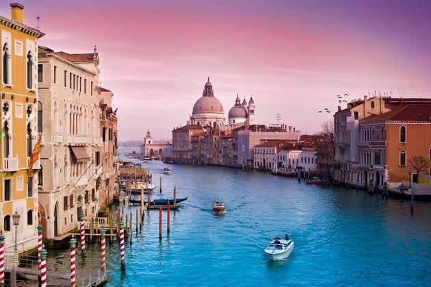 Βενετία: Γερμανοί τουρίστες χρεώθηκαν 950 ευρώ επειδή έφτιαχναν καφέ στα σκαλιά της γέφυρας
