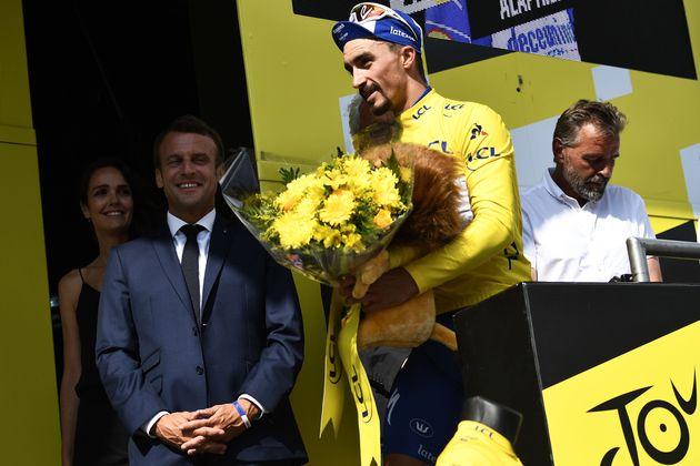 Emmanuel Macron, en visite sur le Tour de France, a pu saluer les deux champions