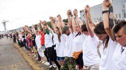 Une immense et émouvante chaîne humaine à Nantes pour demander