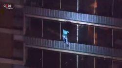 Grattacielo di 19 piani va in fiamme, per fuggire si cala dal