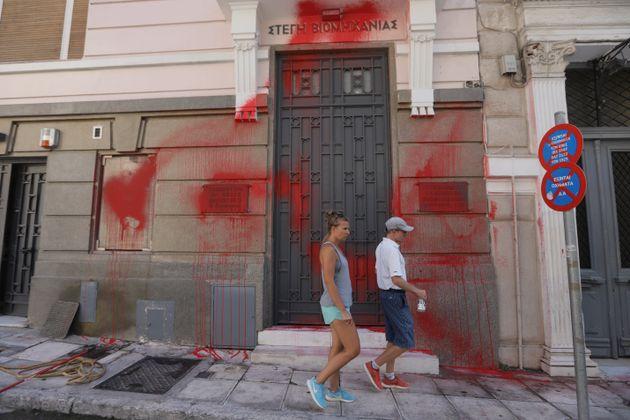 Επίθεση του «Ρουβίκωνα» στα γραφεία του ΣΕΒ στο