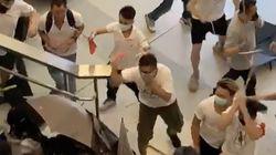 하얀 티셔츠의 남자 수십 명이 홍콩 시위대를 마구잡이로