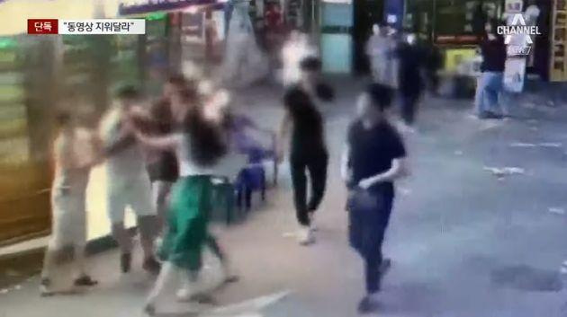 집단폭행을 지켜만 보던 경찰이 '현장 영상 지워달라'고