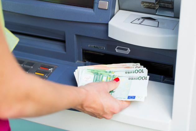 Υπερδιπλασιάζονται από σήμερα οι χρεώσεις στα ΑΤΜ για αναλήψεις μετρητών με