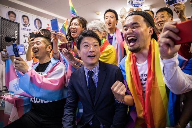 参院選に初当選した石川大我さん(写真中央)=2019年7月22日午前4時45分ごろ、東京都新宿区