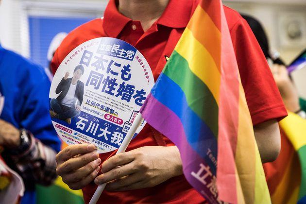 石川大我さんの事務所に来ていた支援者やボランティアは、性的マイノリティの権利を求める象徴6色の「レインボーフラッグ」や虹の各色でできたシャツに身を包んでいた