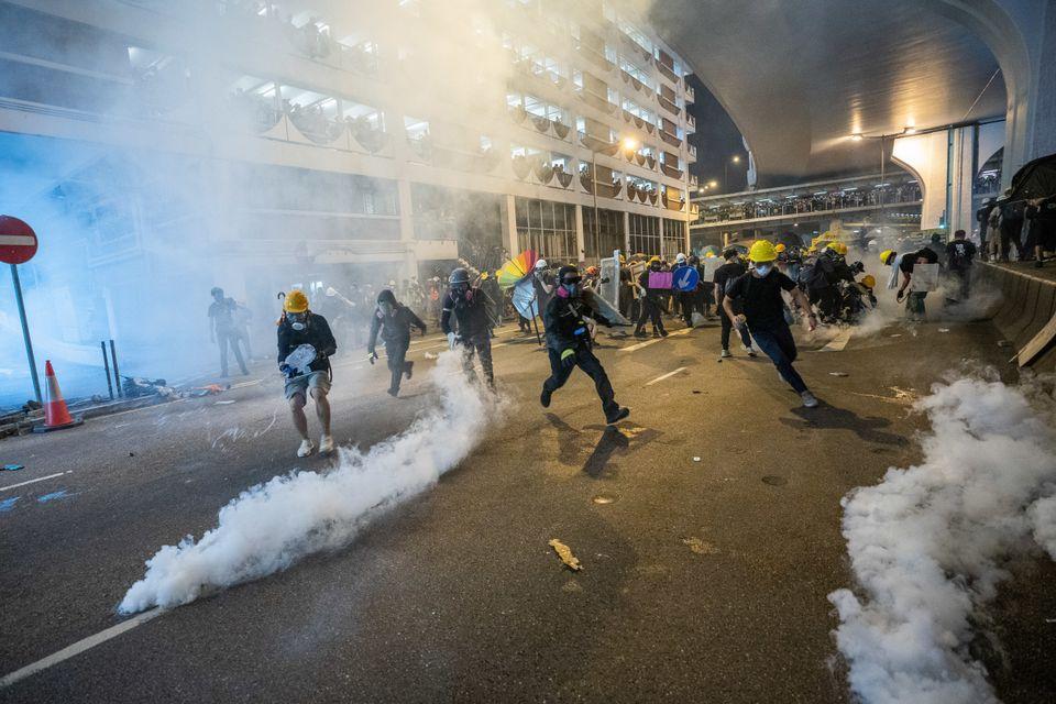시위대는 헬멧과 마스크를 쓰고 경찰과 대치했다. 2019년