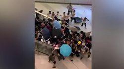Un gruppo di uomini mascherati ha preso a bastonate i manifestanti pro-democrazia a Hong